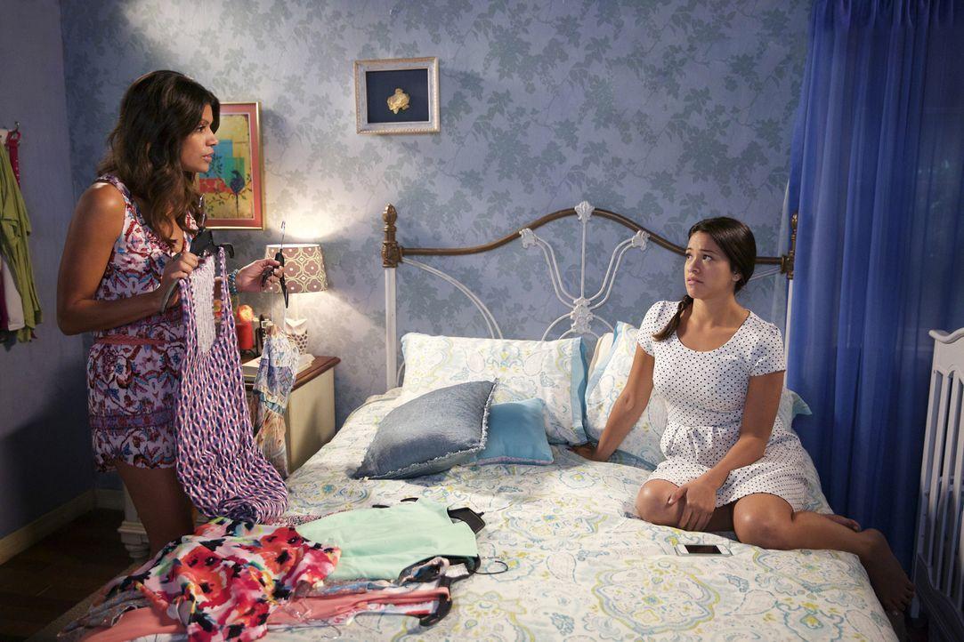 Stehen sich immer zur Seite: Xo (Andrea Navedo, l.) und Jane (Gina Rodriguez, r.) ... - Bildquelle: Tyler Golden 2015 The CW Network, LLC. All rights reserved.