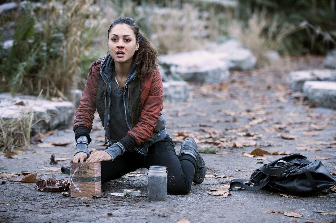 Um die Erdenbewohner von ihrem Camp fernzuhalten, bastelt Raven (Lindsey Morgan) eine ganz besondere Mischung ... - Bildquelle: Warner Brothers