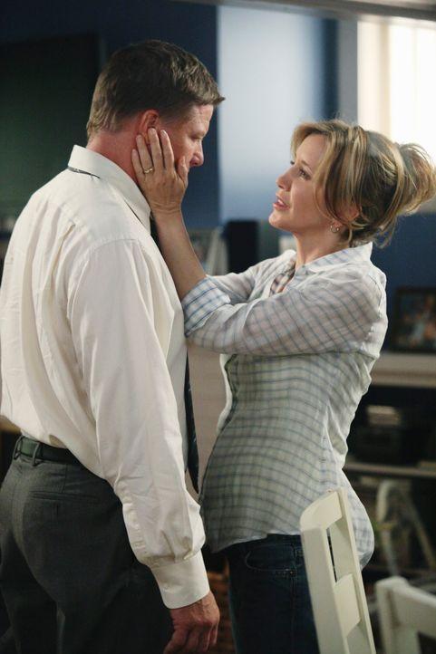 Während Bree sich in ihn Keith zu verlieben scheint, glaubt Lynette (Felicity Huffman, r.), Renee versucht ihre Ehe mit Tom (Doug Savant, l.) zu sab... - Bildquelle: ABC Studios