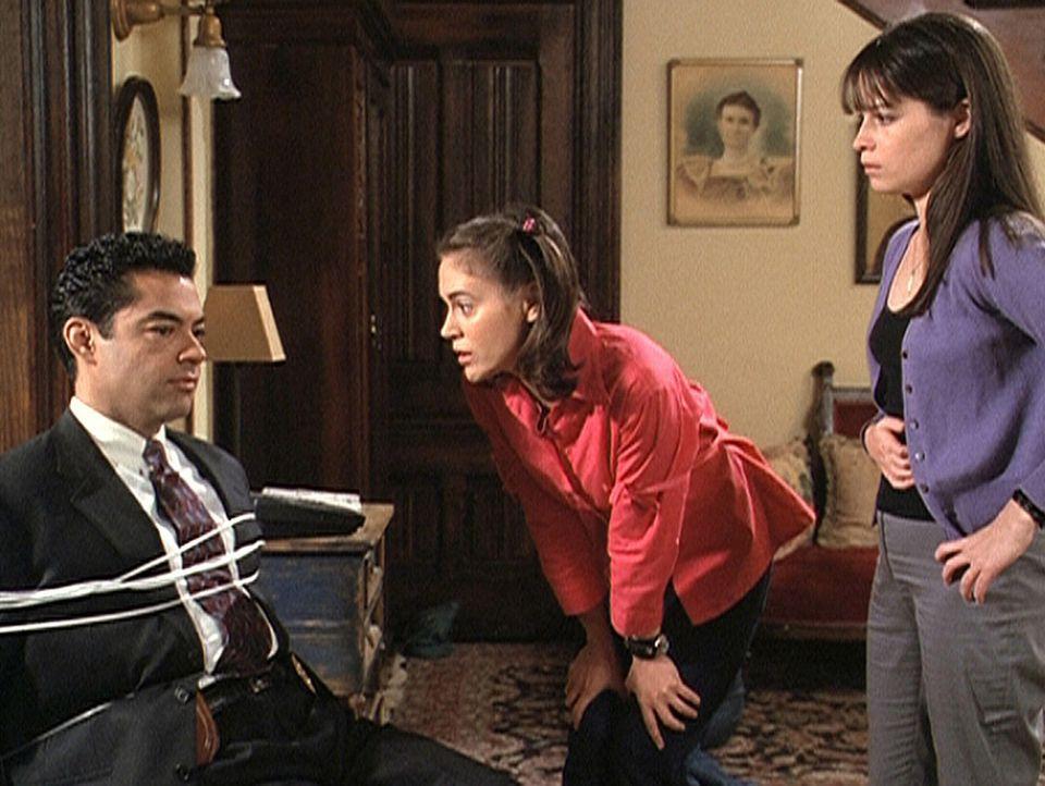Phoebe (Alyssa Milano, M.) und Piper (Holly Marie Combs) haben Rodriguez (Carlos Gomez) überwältigt. Sie wollen von ihm wissen, wie sie den Tag vo... - Bildquelle: Paramount Pictures