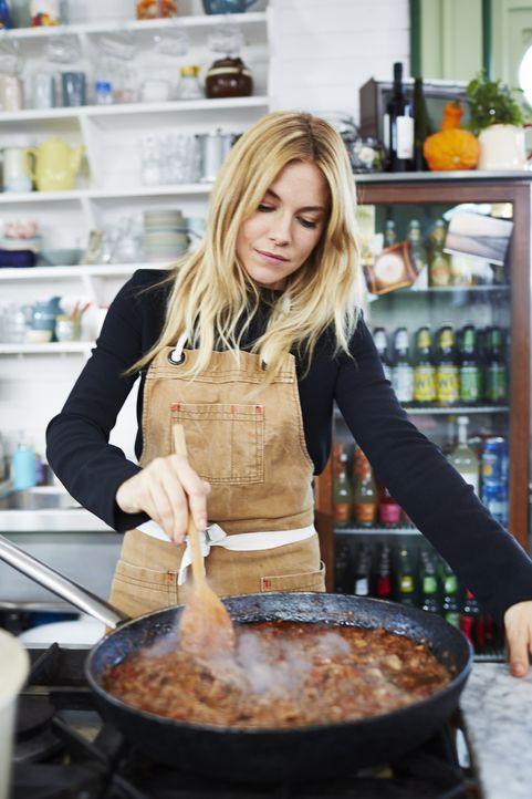 Sienna Miller kocht ein Entenragout mit Pici-Pasta ...