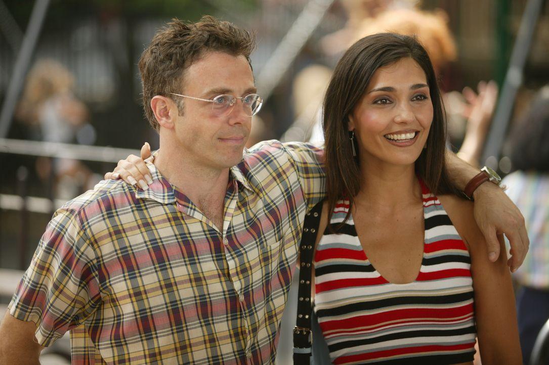 Bei einem Spaziergang treffen Steve (David Eigenberg, l.) und Debbie (Eleni Fuiaxis, r.) zufällig auf Miranda und ihren neuen Freund Robert ... - Bildquelle: Paramount Pictures