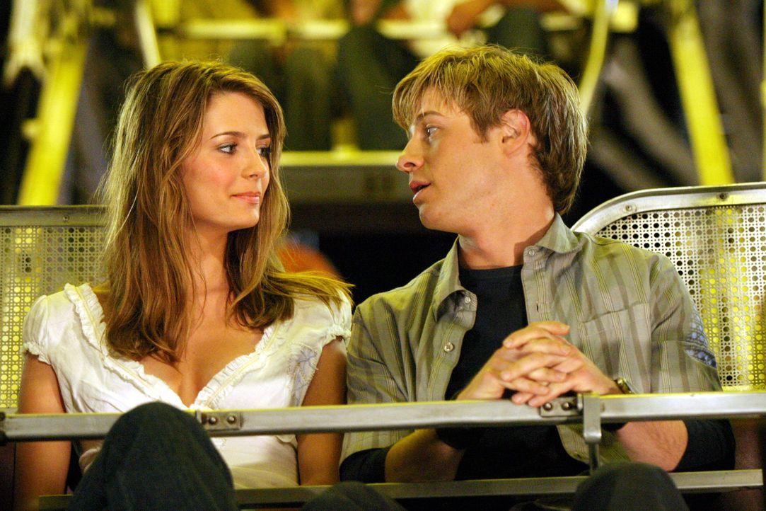 Trotz seiner extremen Höhenangst fährt Ryan (Benjamin McKenzie, r.) mit Marissa (Mischa Barton, l.) Riesenrad, damit sie sich endlich aussprechen... - Bildquelle: Warner Bros. Television