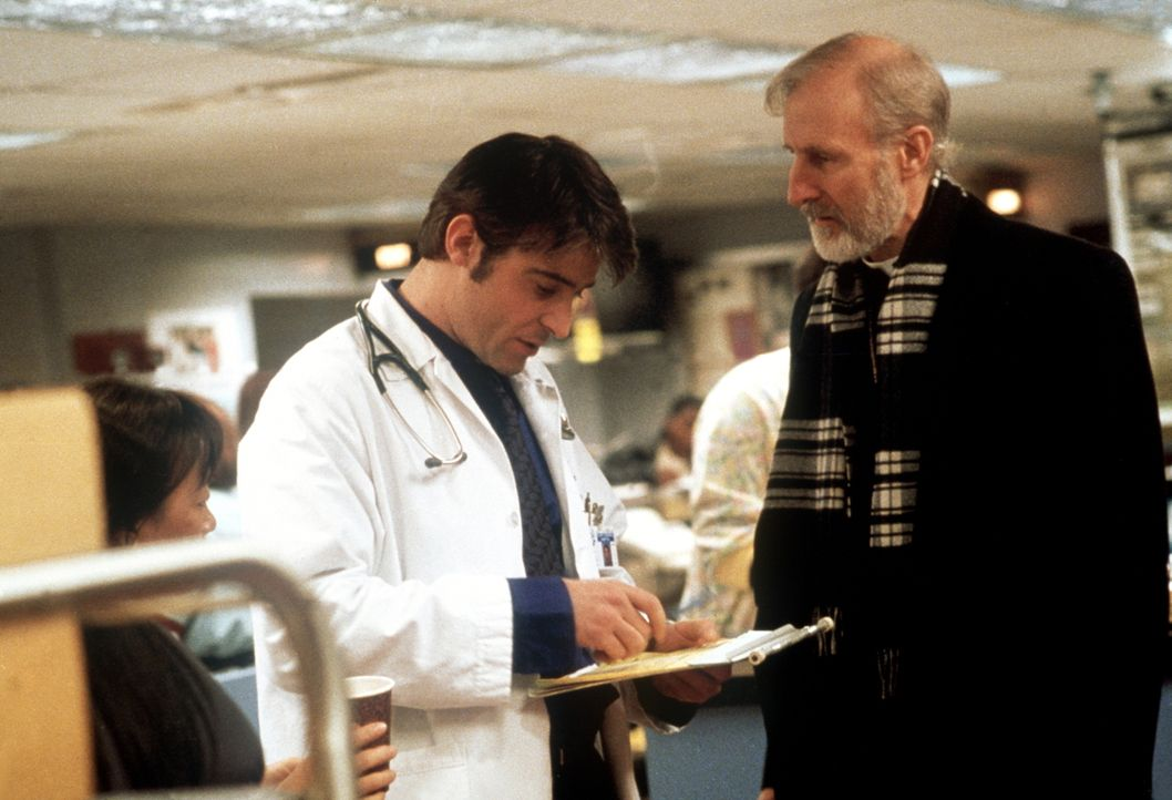 Dr. Kovac (Goran Visnjic, l.) verschreibt Bischof Stewart (James Cromwell, r.) Steroide, nicht ahnend, dass diese Mittel für den Patienten tödlich s... - Bildquelle: TM+  2000 WARNER BROS.
