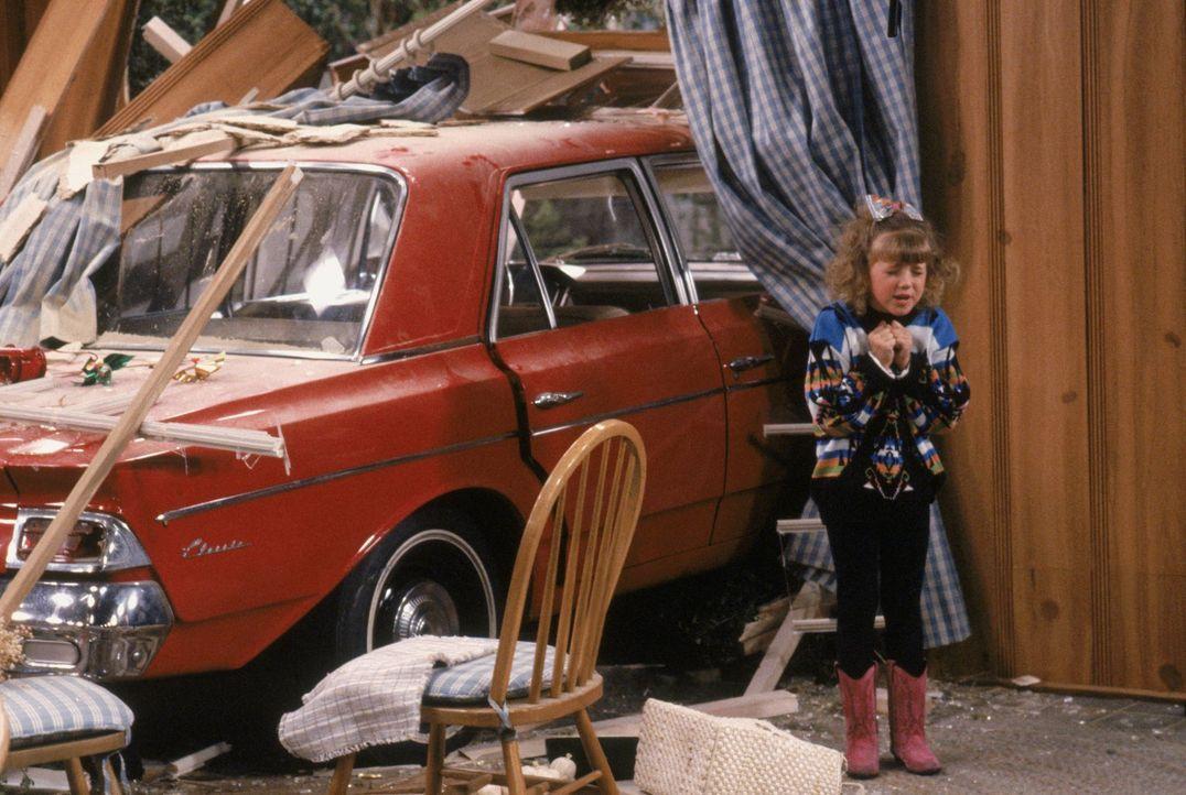 Eigentlich wollte Stephanie (Jodie Sweetin) nur auf Joeys Oldtimer aufpassen, aber eine falsche Drehung setzt den Wagen kurzerhand mitten in die Küc... - Bildquelle: Warner Brothers Inc.