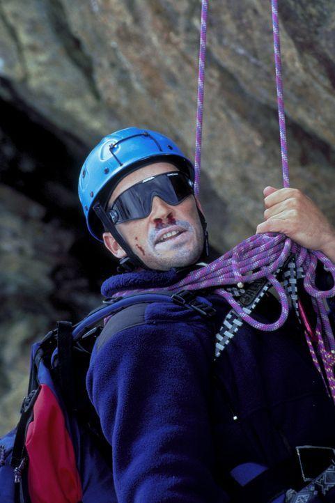 Obwohl Dr. Nicolas Amberg (Michael Roll) ein erfahrener Bergsteiger ist, kommt es zu einer Katastrophe. ... - Bildquelle: Frank Lemm ProSieben
