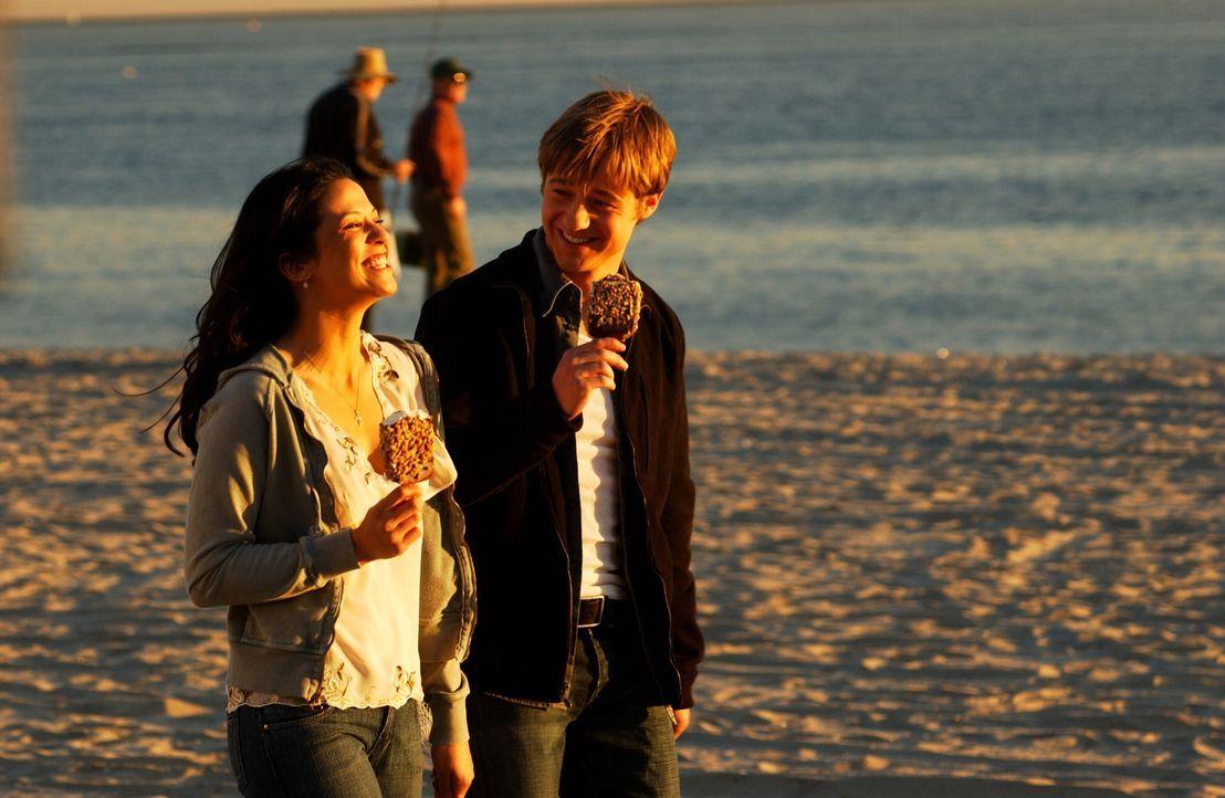 Als Theresa (Navi Rawat, l.) wieder in Newport auftaucht, kommt es erneut zu Problemen zwischen Marissa und Ryan (Benjamin McKenzie, r.) ... - Bildquelle: Warner Bros. Television