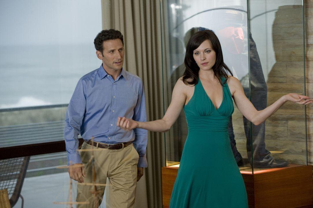 Hank (Mark Feuerstein, l.) macht sich Sorgen um Jill (Jill Flint, r.), die zu tief ins Glas geschaut hat ... - Bildquelle: Universal Studios