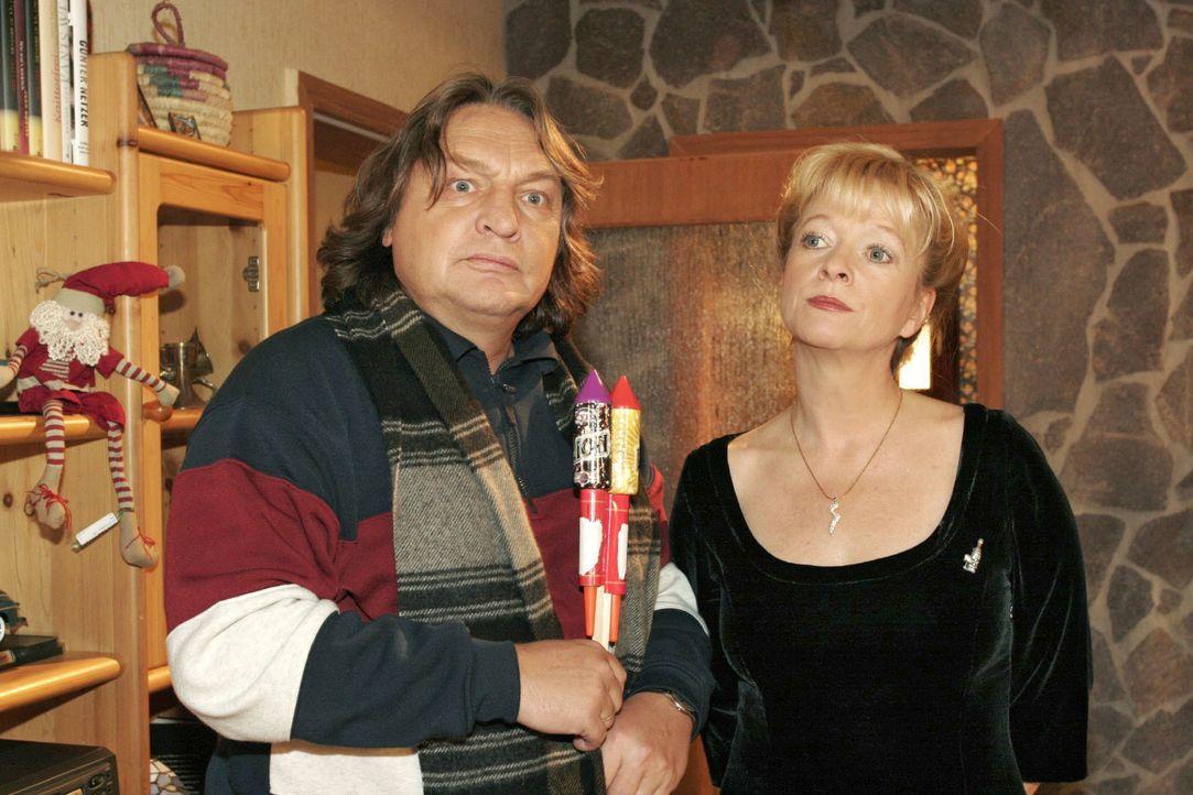Helga (Ulrike Mai, r.) ist angesichts Bernds (Volker Herold, l.) geplanter Böllerei die Lust am Feiern vergangen. - Bildquelle: Noreen Flynn SAT.1 / Noreen Flynn