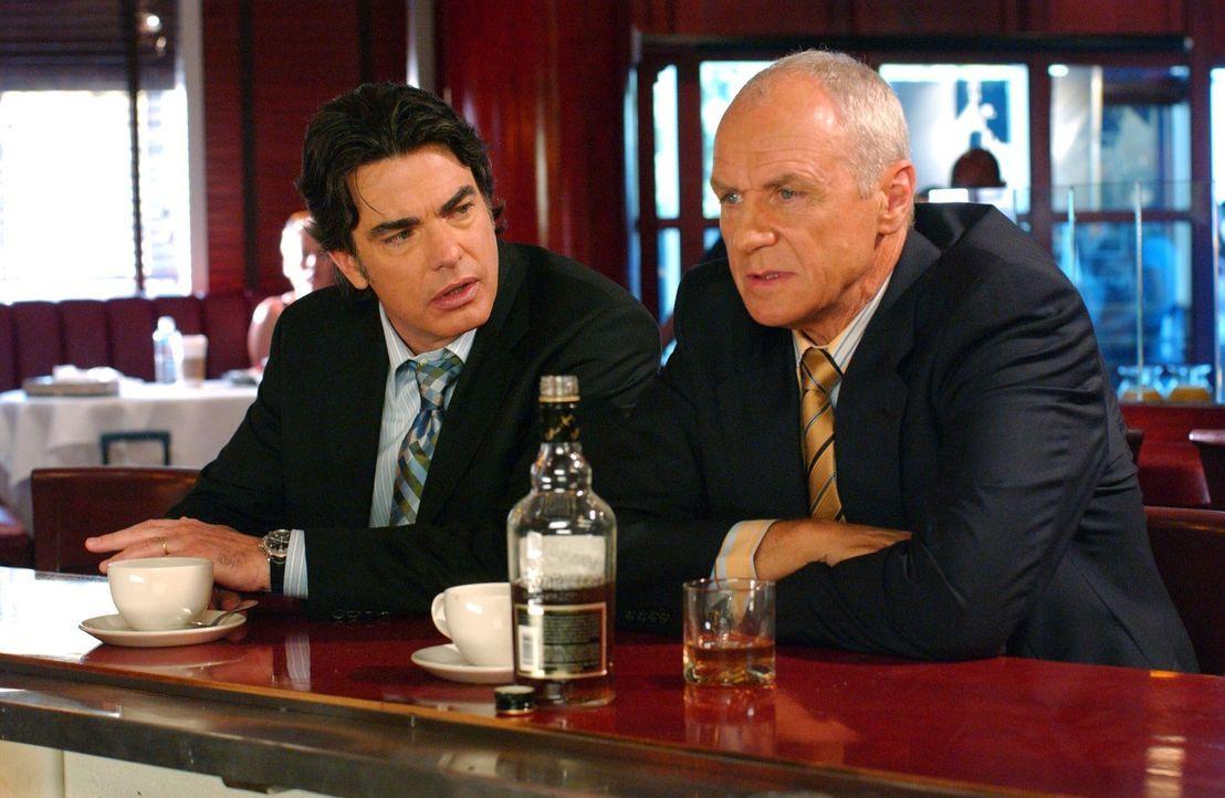 Sandy (Peter Gallagher, l.) trifft Caleb (Alan Dale, r.) in einer Bar und Caleb gesteht ihm, dass er einige nicht ganz saubere Sachen am Laufen hat... - Bildquelle: Warner Bros. Television