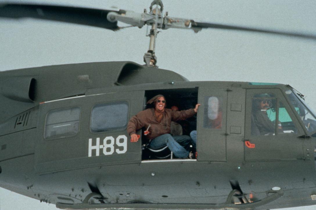 Nando (Ethan Hawke) lotst den Hubschrauber zur Unfallstelle, an der sich die restlichen Überlebenden befinden ... - Bildquelle: Buena Vista Pictures