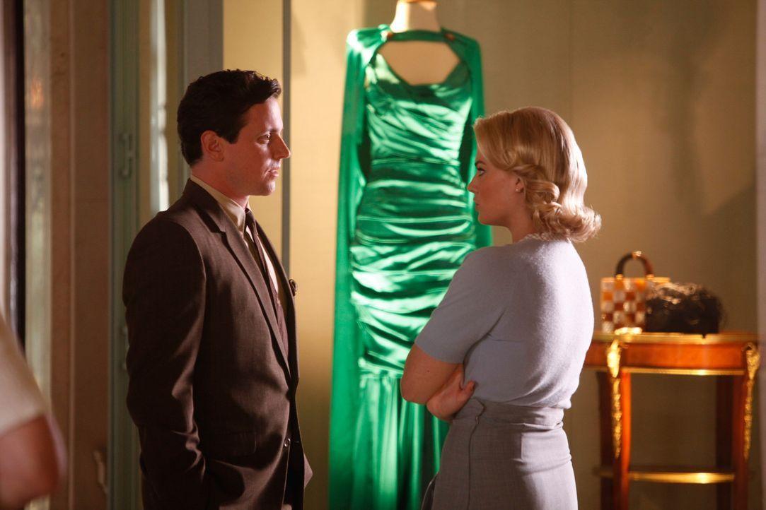 Die Beziehung zwischen Ted (Michael Mosley, l.) und Laura (Margot Robbie, r.) ist längst nicht mehr nur die von einem Co-Pilot und seiner Stewardes... - Bildquelle: 2011 Sony Pictures Television Inc.  All Rights Reserved.