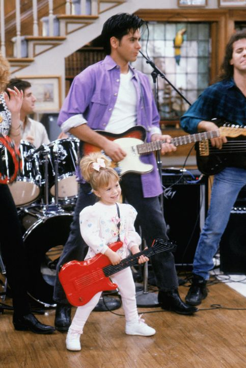 Wahre Rocker: Michelle (Mary-Kate/Ashley Olsen, vorne) und Jesse (John Stamos, hinten) ... - Bildquelle: Warner Brothers Inc.