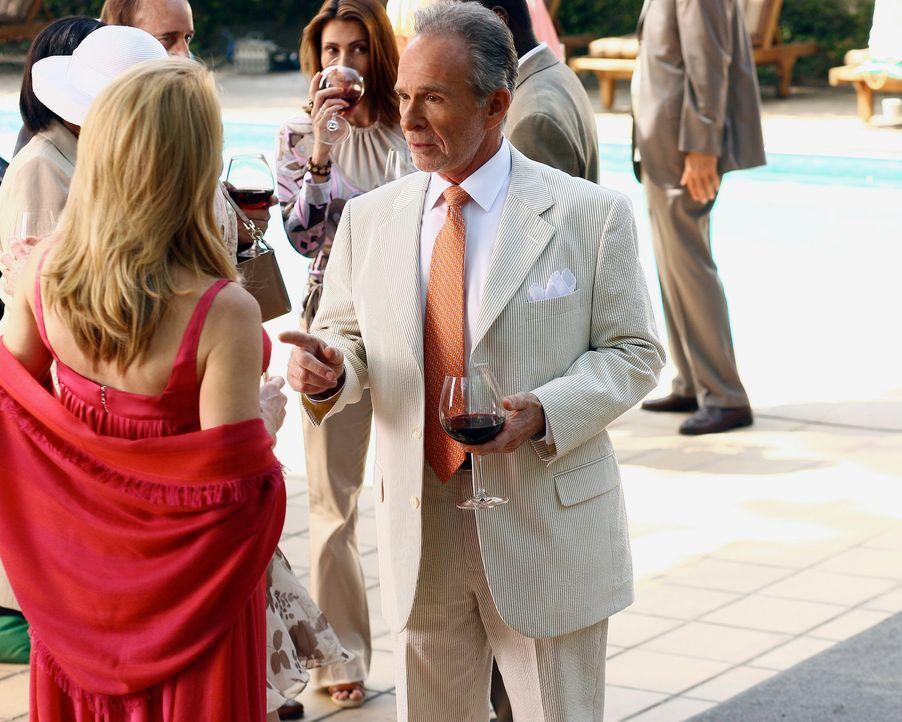 Saul (Ron Rifkin, r.) ermahnt seine gute Freundin Holly (Patricia Wettig, l.), dass sie ihre Finger von Mark, der Begleitung seiner Schwester Nora... - Bildquelle: Disney - ABC International Television