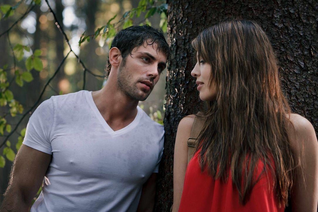 Als der verliebte Tim (Roy Peter Link, l.) versucht, Milla (Jasmin Lord, r.) eifersüchtig zu machen, ahnt er nicht, dass die junge Medizinstudentin... - Bildquelle: Arvid Uhlig SAT.1