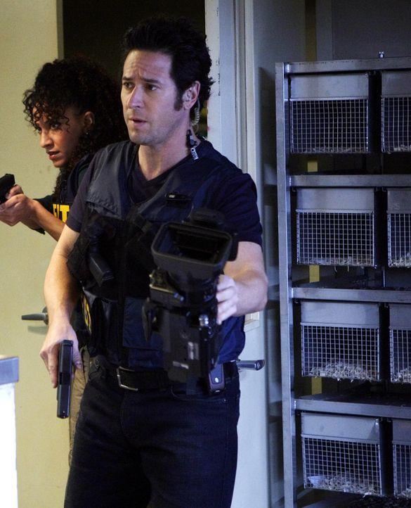 Mit einem Trick können Don (Rob Morrow, r.) und Nikki (Sophina Brown, l.) Josh stoppen und somit Professor Varma vor der Ermordung bewahren ... - Bildquelle: Paramount Network Television