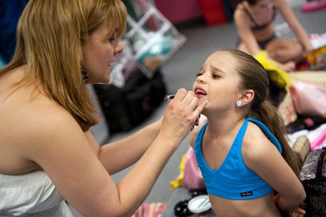 Die Dance Moms sind in größter Aufregung: Am Wochenende darf jedes Töchterlein ein Solo tanzen. Mackenzie (r.) wird von ihrer Mutter (l.) für de... - Bildquelle: 2011 A&E Television Networks, LLC. All rights reserved.