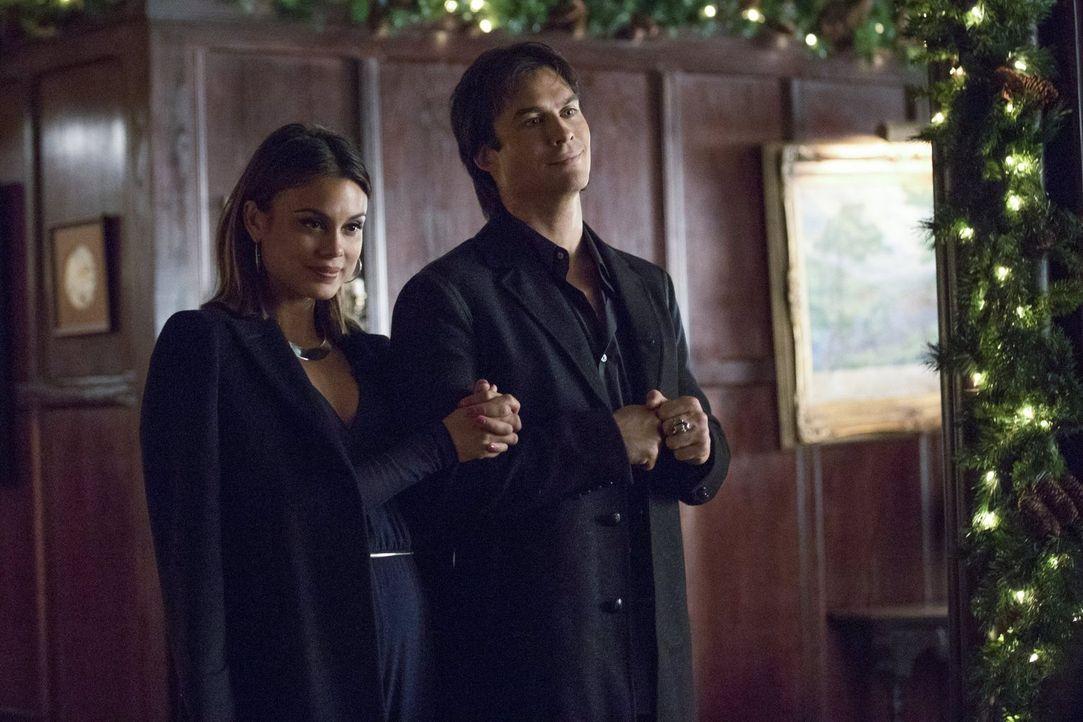 Während Sybil (Nathalie Kelley, l.) und Damon (Ian Somerhalder, r.) das Weihnachtsfest auf den Kopf stellen, will Selina Alaric auf etwas aufmerksam... - Bildquelle: Warner Bros. Entertainment, Inc.