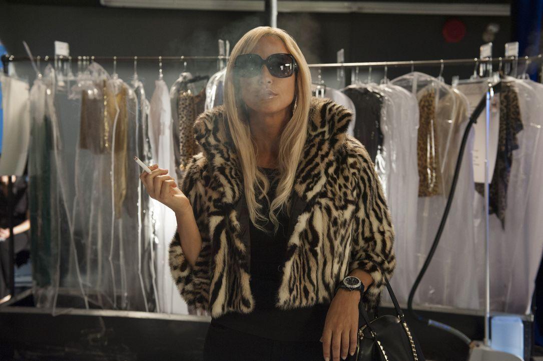 Donatella Versace (Gina Gershon) machte aus der Firma ihres Bruders nach seinem Tod eines der erfolgreichsten und bekanntesten Modeunternehmen der W... - Bildquelle: 2013 Lifetime Entertainment Services, LLC. All rights reserved.
