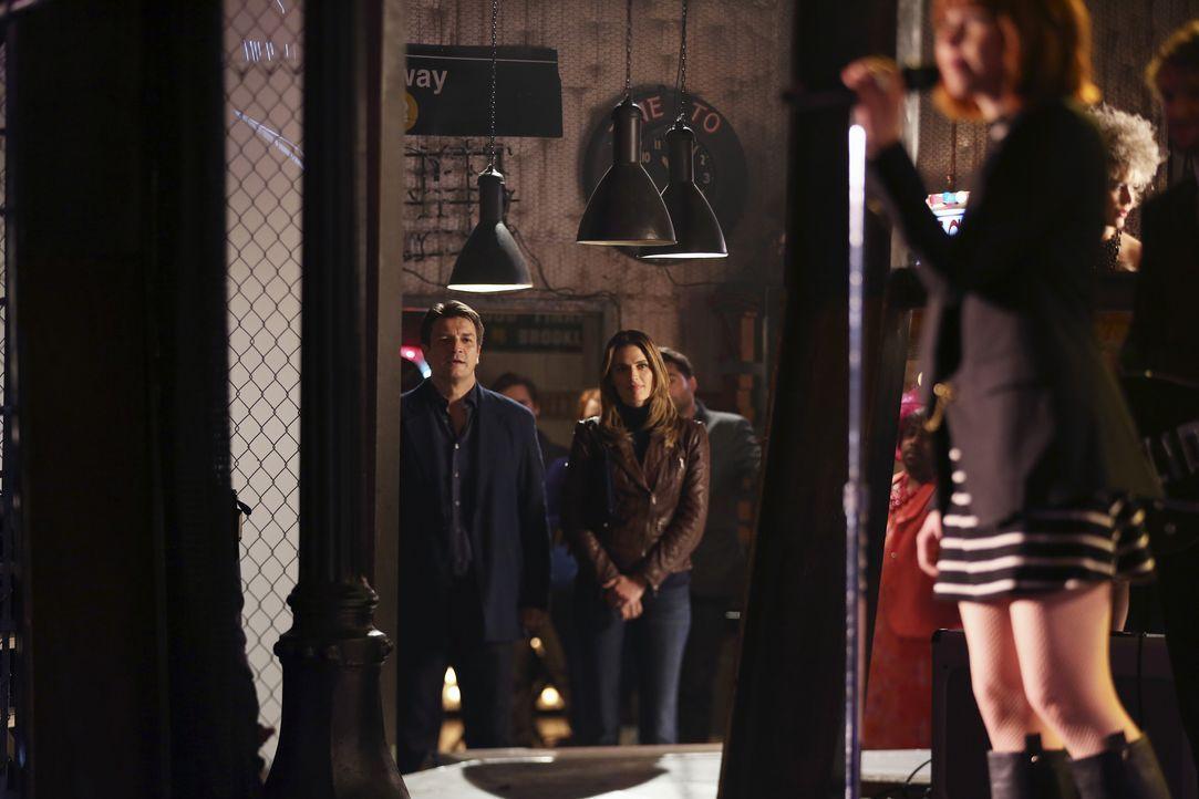 Weil sich Castle (Nathan Fillion, l.) und Kate (Stana Katic, r.) so in der Musik von Carly Rae Jepsen (Carly Rae Jepsen, vorne) verlieren, blamieren... - Bildquelle: John Fleenor ABC Studios / John Fleenor