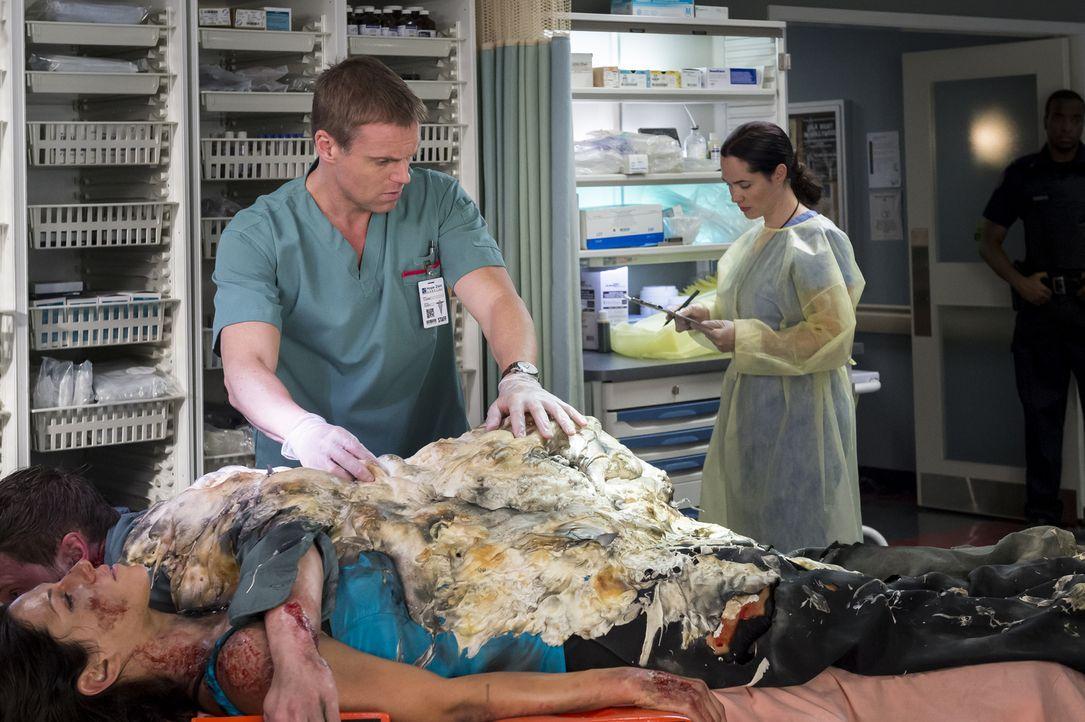 Eigentlich müsste sich Charlie (Michael Shanks, l.) um einen Notfall kümmern, aber als er den Geist von Alex' Angreifer an ihrem Krankenbett stehen... - Bildquelle: Palmer Cipriano 2014 Hope Zee Three Inc.