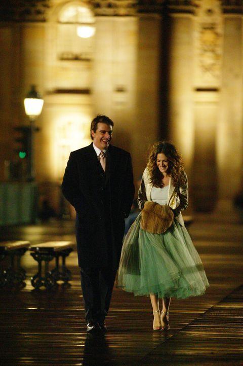 Nach einem Streit mit Aleksandr trifft Carrie (Sarah Jessica Parker, r.) im Hotel auf den Mann ihres Herzens (Chris Noth, l.) ... - Bildquelle: Paramount Pictures