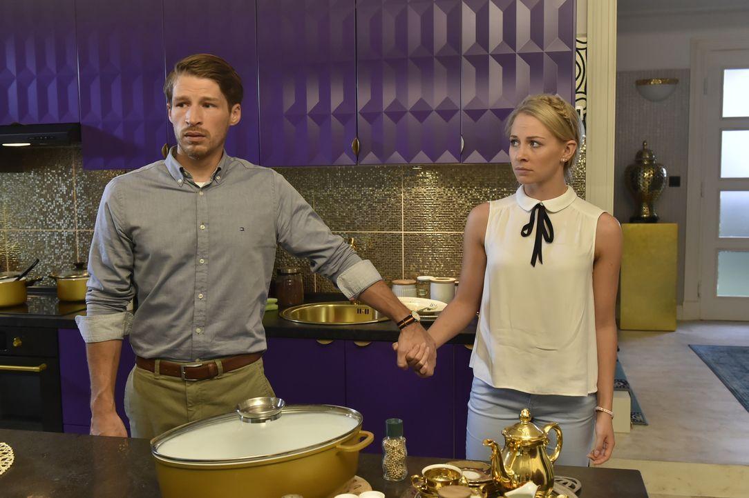Werden mit ihrem Sexleben am Küchentisch konfrontiert: Julian (Oliver Bender, l.) und Luisa (Jenny Bach, r.) ... - Bildquelle: Claudius Pflug SAT.1
