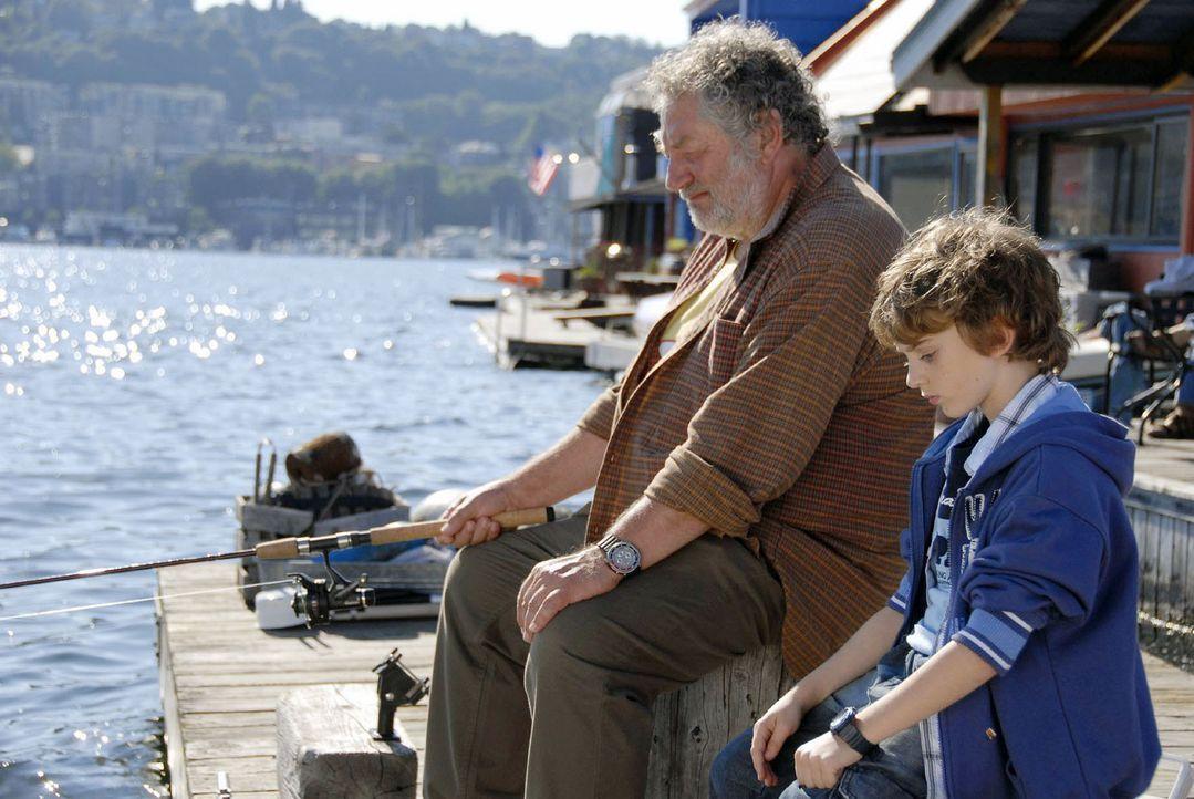 Oliver (Joel Eisenblätter, r.) erzählt Johns Vater (Chiem van Houweninge, l.) von seinem großen Traum ... - Bildquelle: Sat.1