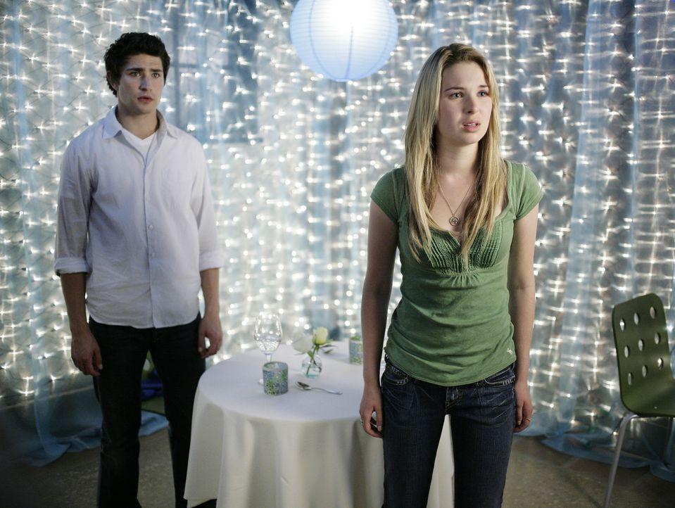 Ihr romantischer Abend nimmt ein jähes Ende: Kyle (Matt Dallas, l.) und Lori (April Matson, r.) ... - Bildquelle: TOUCHSTONE TELEVISION