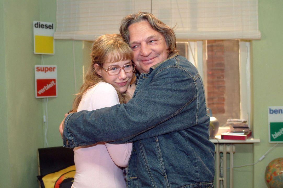 Bernd (Volker Herold, r.) ist glücklich, dass Lisa (Alexandra Neldel, l.) wieder nach Hause zurückkommen will. (Dieses Foto von Alexandra Neldel d... - Bildquelle: Sat.1