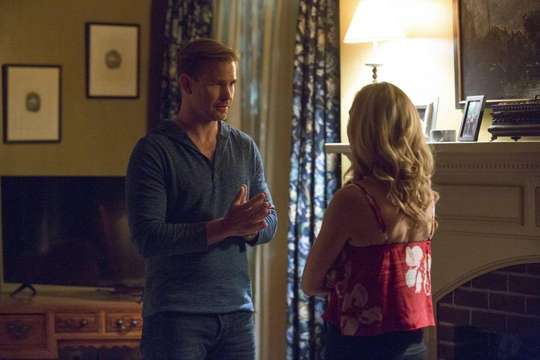 Nachdem Virginia ihre Kinder bedroht hat, müssen Alaric (Matthew Davis, l.) und Caroline (Candice King, r.) einen Plan fassen, um ihre Familie zu be... - Bildquelle: Warner Bros. Entertainment, Inc.