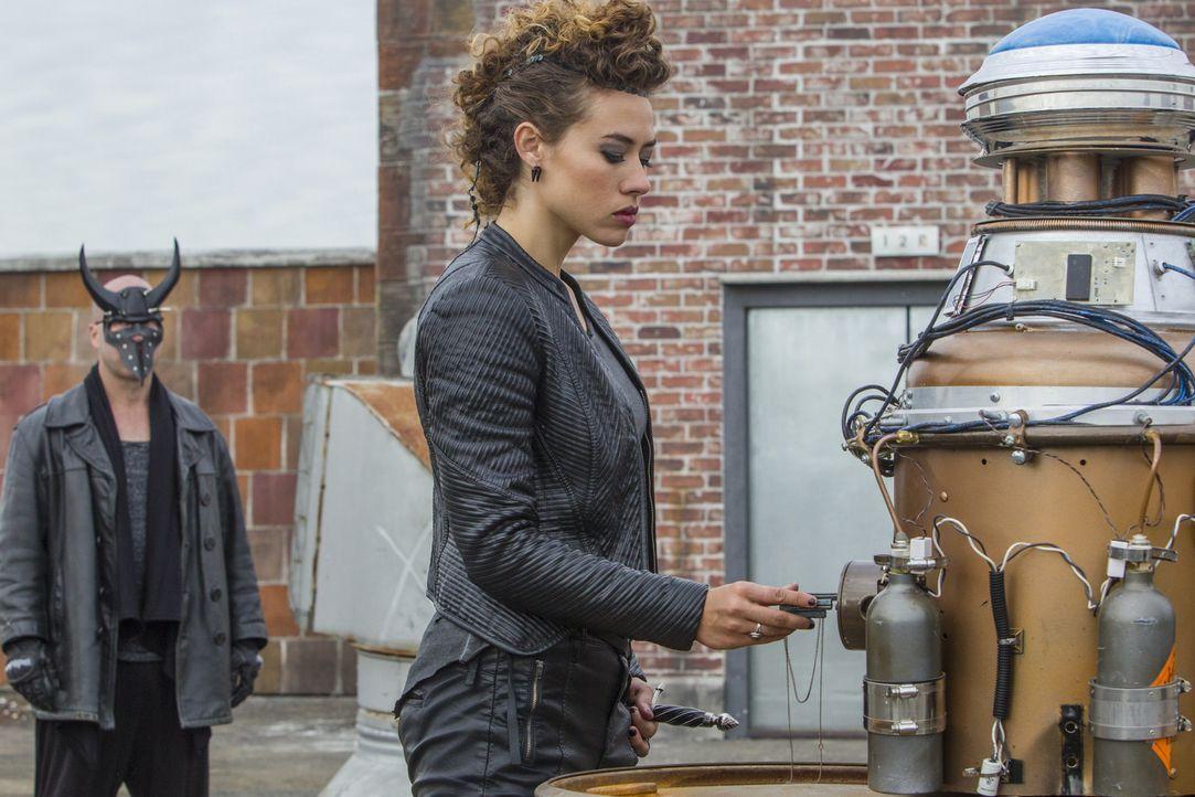Wird es Zoe (Dora Madison, r.) und den Tregs gelingen, die Maschine zu starten und damit mehr als nur die Menschen in der Umgebung auslöschen? - Bildquelle: 2014 The CW Network, LLC. All rights reserved.
