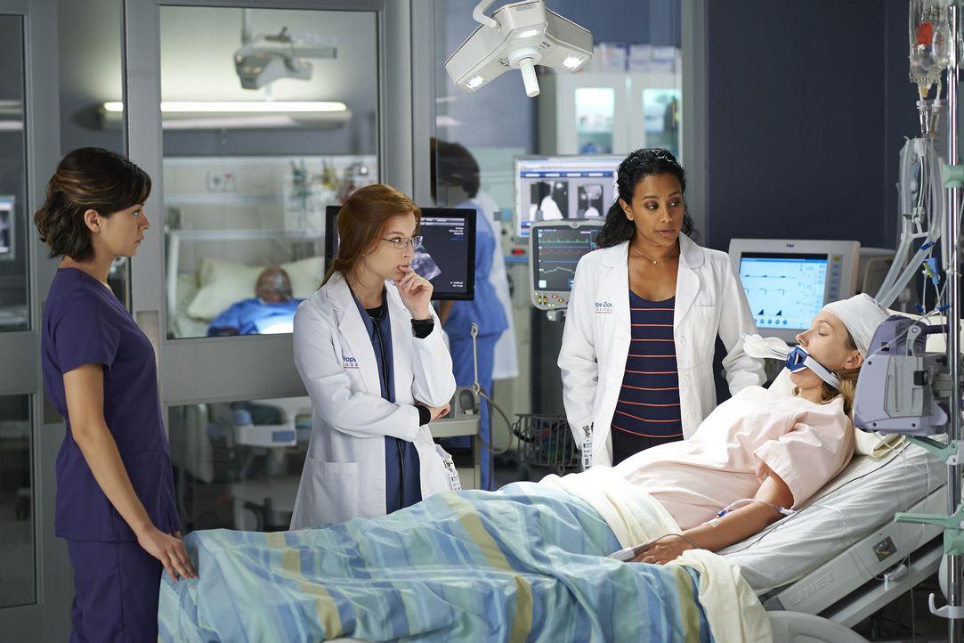 Kann Dr. Tolliver (Glenda Braganza, 2.v.r.) Maggie (Julia Taylor Ross, l.) und Dr. Katz (Stacey Farber, 2.v.l.) weiterhelfen, als diese erkennen, da... - Bildquelle: Ken Woroner 2014 Hope Zee Three Inc.