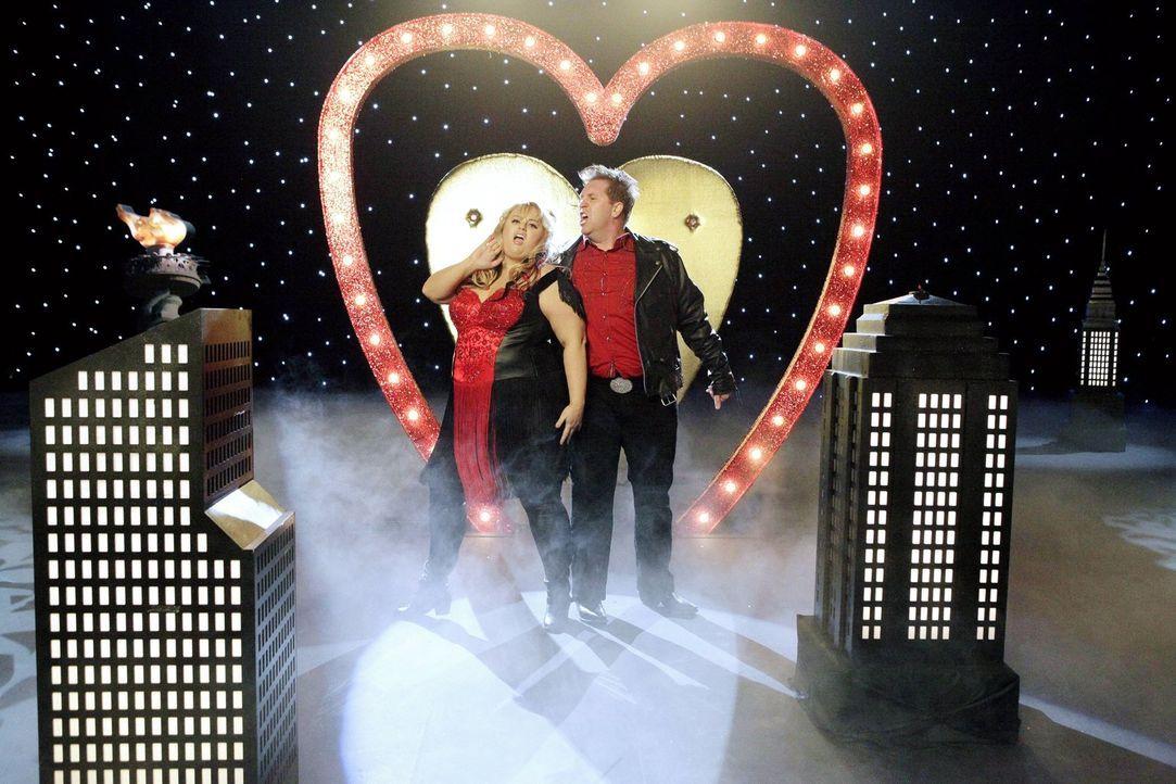 Kimmie (Rebel Wilson, l.) sollte sich mit ihrem festen Freund James (Nate Torrence, r.) eigentlich glücklich schätzen, doch sie muss ständig an jema... - Bildquelle: Warner Brothers