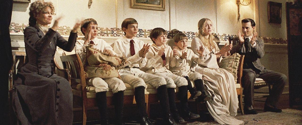 Mit Freude und voller Emotionen sehen sich Sylvia (Kate Winslet, 2.v.r.) und ihre Söhne George (Nick Roud, 3.v.l.), Jack (Joe Prospero, 2.v.l.), Pet... - Bildquelle: Miramax Films. All rights reserved