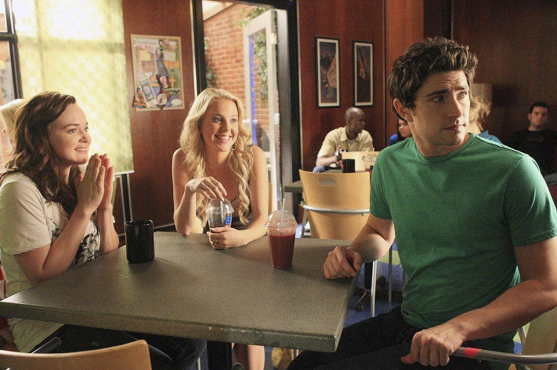 Kyle (Matt Dallas, r.) versucht nicht nur, seinen Freunden Lori (April Matson, l.) und Hillary (Chelan Simmons, M.) zu helfen, sondern auch noch den... - Bildquelle: TOUCHSTONE TELEVISION