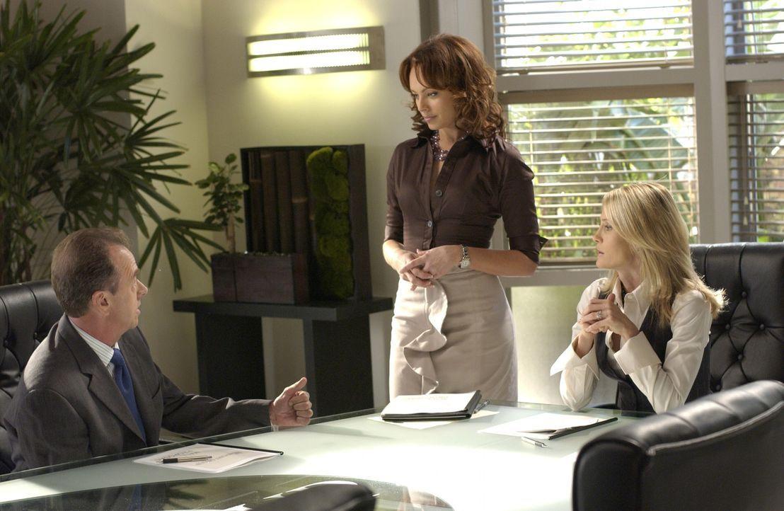 Julie (Melinda Clarke, M.) plant eine Überraschungsparty bei Kirsten (Kelly Rowan, r.) und Sandy, um Stephen Herbert (Gregory Itzin, l.), einen wic... - Bildquelle: Warner Bros. Television