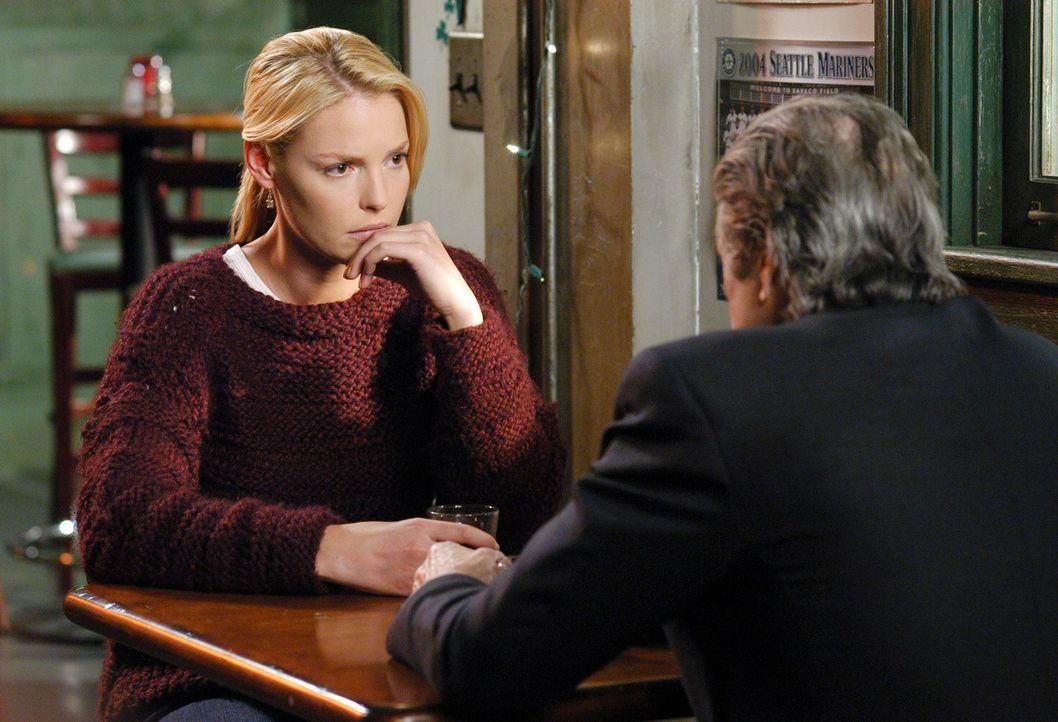 Izzie (Katherine Heigl, l.) bekommt Besuch von Dennys Vater (Fred Ward, r.), der gerne wissen möchte, warum sie sich so kurz von Dennys Tod noch ver... - Bildquelle: Touchstone Television