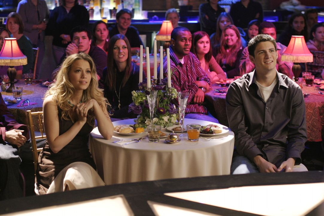 Kurz vor der Hochzeit überraschen die Freunde Haley (Bethany Joy Galeotti, l.) und Nathan (James Lafferty, r.) mit einer besonderen Idee ... - Bildquelle: Warner Bros. Pictures