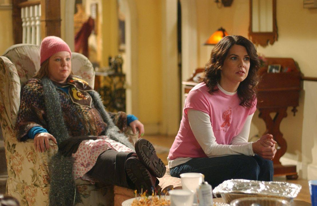Eigentlich wollte Lorelai (Lauren Graham, r.) einen entspannten Abend mit ihrer Tochter verbringen, doch dann wird ihr bewusst, dass sie ihre Mutter... - Bildquelle: 2004 Warner Bros.