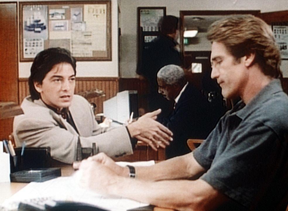 Jack (Scott Baio, l.) und Steve (Barry Van Dyke, r.) diskutieren über den Tatverdächtigen. - Bildquelle: Viacom