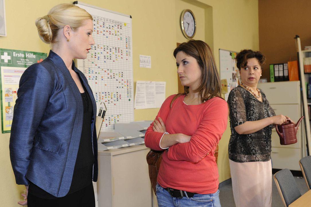 Helena (Kim-Sarah Brandts, l.) macht Bea (Vanessa Jung, M.) im Beisein von Ingrid (Franziska Traub, r.) klar, dass sie Ben nicht dauerhaft schützen... - Bildquelle: SAT.1