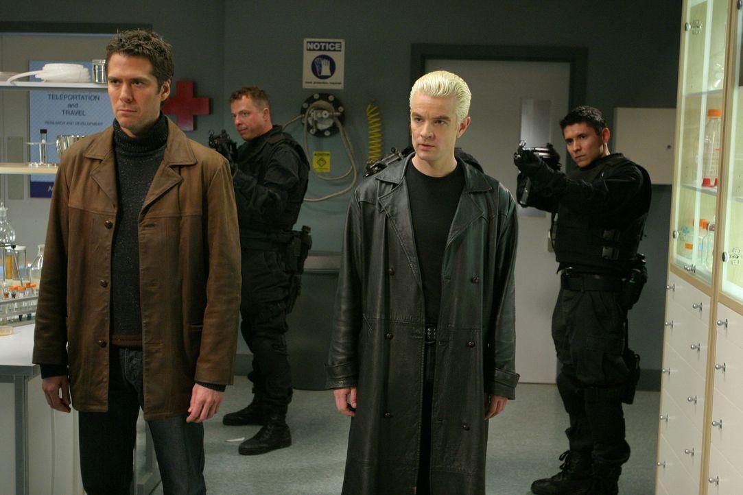 Wesley (Alexis Denisof, l.) und Spike (James Marsters, 2.v.r.) versuchen Illyria davon zu überzeugen, sich wieder zurückzuziehen ... - Bildquelle: The WB Television Network