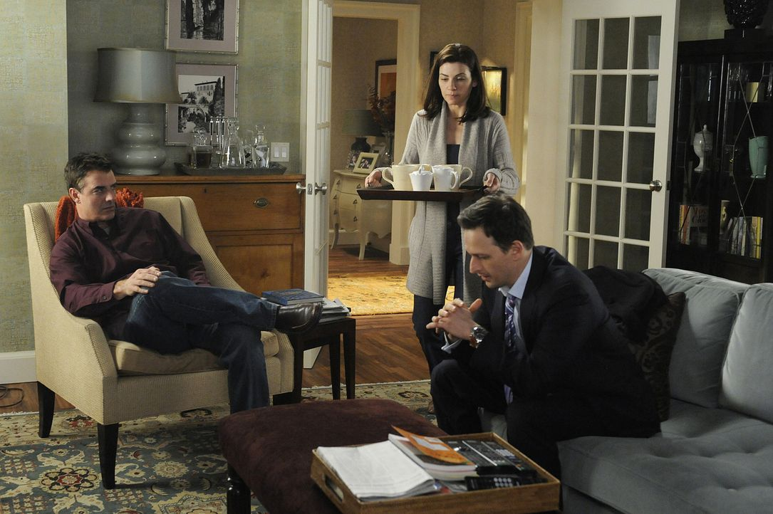 Während Will (Josh Charles, r.) eine ganze Versicherung verklagt, muss Alicia (Julianna Margulies, M.) die Heimkehr ihres Ehemannes Peter (Chris No... - Bildquelle: CBS Studios Inc. All Rights Reserved.