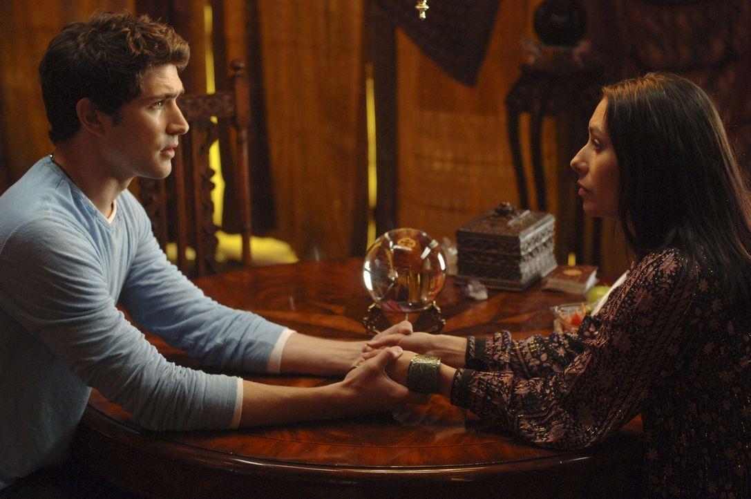 Kyle (Matt Dallas, l.) besucht eine Hellseherin (Carmen Moore, r.) und erfährt schockierendes ... - Bildquelle: TOUCHSTONE TELEVISION