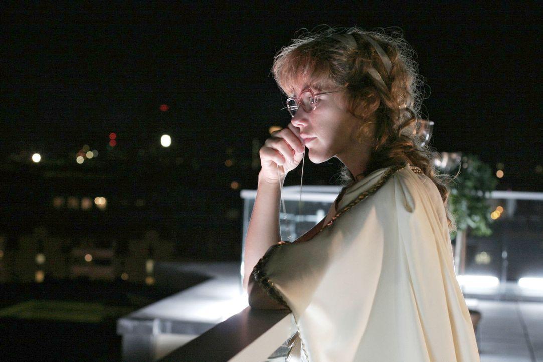 In Gedanken versunken, schaut Lisa (Alexandra Neldel) über die Stadt. (Dieses Foto von Alexandra Neldel darf nur in Zusammenhang mit der Berichterst... - Bildquelle: Noreen Flynn SAT.1 / Noreen Flynn