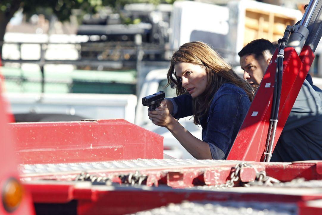 Kate Beckett (Stana Katic, l.) ist mit der schlimmsten Situation ihres Lebens konfrontiert: Auf dem Weg zu ihrer Hochzeit wurde Castle von einem SUV... - Bildquelle: Kelsey McNeal ABC Studios
