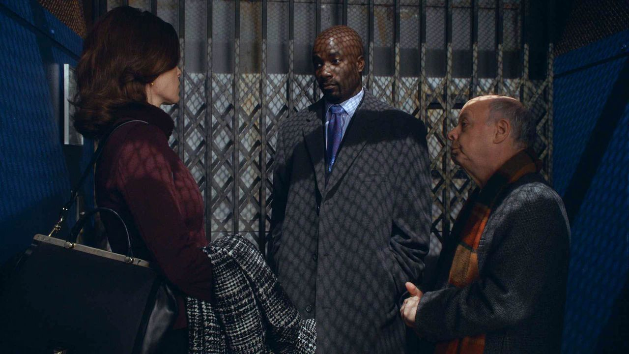 Alicia (Julianna Margulies, l.) kämpft um Lemond Bishop (Mike Colter, M.) und seinen Anwalt Charles Lester (Wallace Shawn, r.) als Klienten ... - Bildquelle: 2014 CBS Broadcasting, Inc. All Rights Reserved