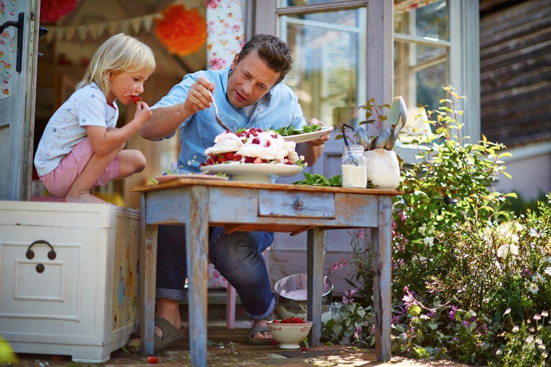 Mit der Hilfe seines kleinen Sohnes Buddy (l.) verwandelt Jamie Oliver (r.) eine klassische Baiser -Torte in ein Spektakel mit Marshmallow-Füllung u... - Bildquelle: FRESH ONE PRODUCTIONS MMXIV