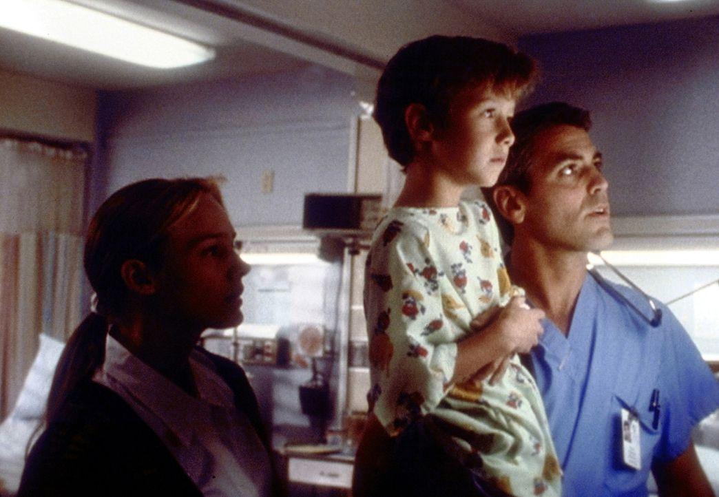 Eines Tages muss Dr. Ross (George Clooney, r.) bei einem seiner kleinen Patienten eine Augenkrankheit feststellen, die zur Erblindung führen kann ... - Bildquelle: TM+  2000 WARNER BROS.
